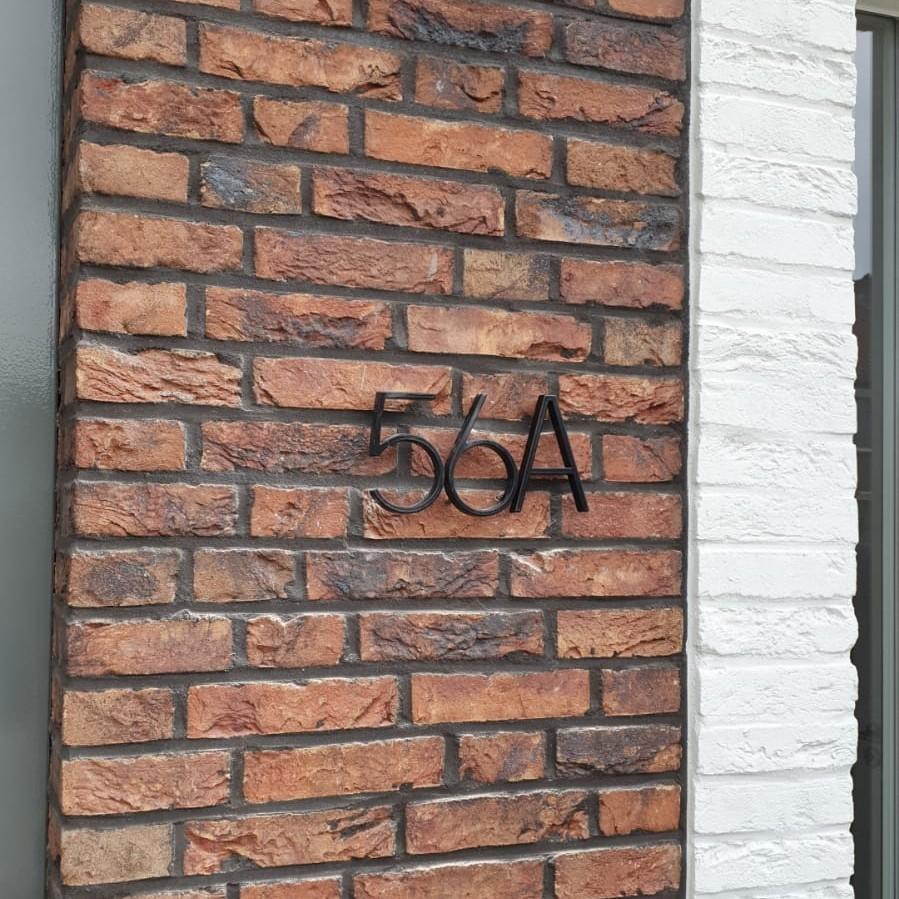 Huisnummer-zwart-huisnummer-met-letter
