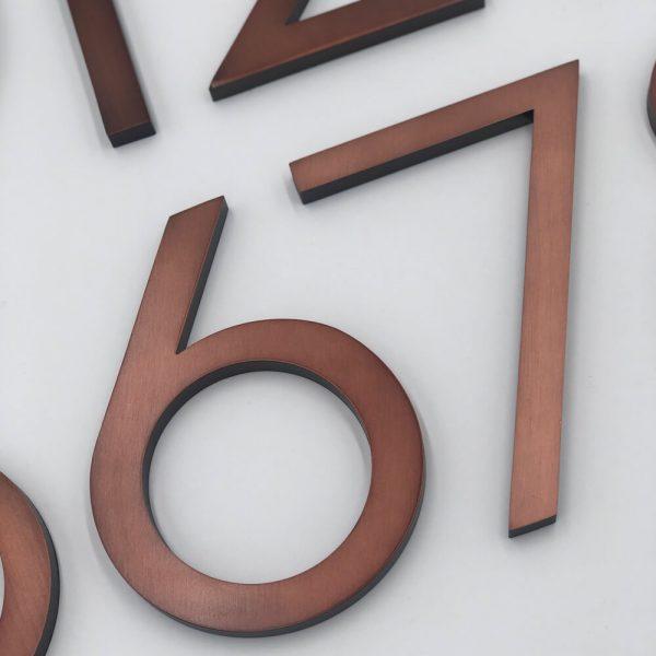 Brons huisnummer Old Age in situatie