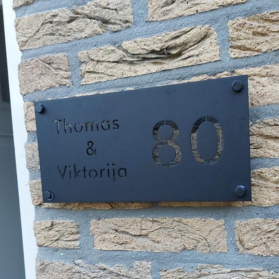 Huisnummerbord-zwart-modern-van-rvs-poedercoat-yessential
