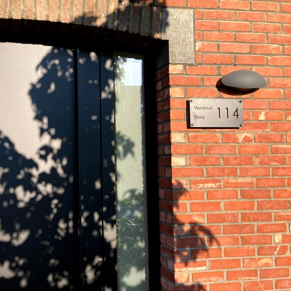 huisnummerbord-zwart-modern-yessential-veerle